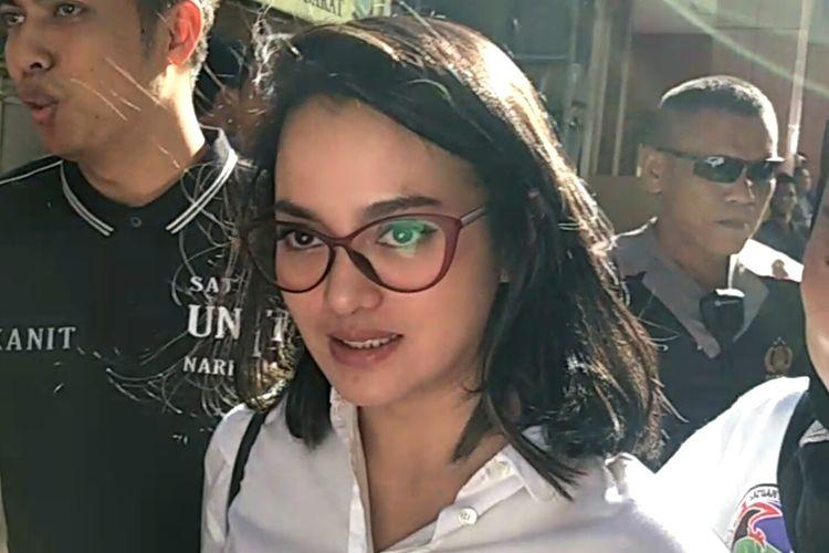 Ririn Ekawati setibanya di Polres Jakarta Barat usai pemeriksaan darah dan rambut di BNN Lido, Bogor, Senin (9/3/2020)
