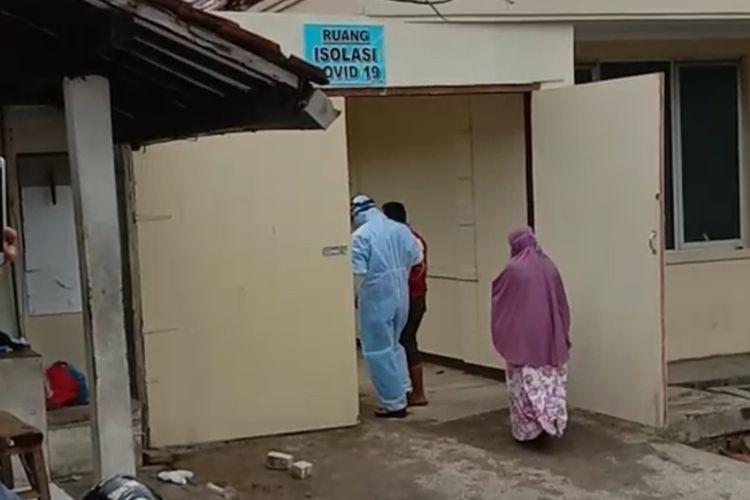 Pasien PDP virus corona di RSUD Soekardjo Kota Tasikmalaya malah dijadikan tontonan warga saat akan dipindahkan oleh tim medis berpakaian hazmat lengkap, Jumat (20/3/2020) pagi.