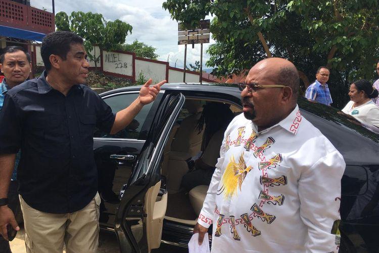 Gubernur Papua Lukas Enembe ketika tiba di TPS 043, Kelurahan Argapura, Distrik Jayapura Selatan, Kota Jayapura, Rabu (17/04/2019). Di TPS tersebut Enembe mendapati logistik Pemilu belum tersedia sehingga ia belum dapat menyalurkan hak suaranya