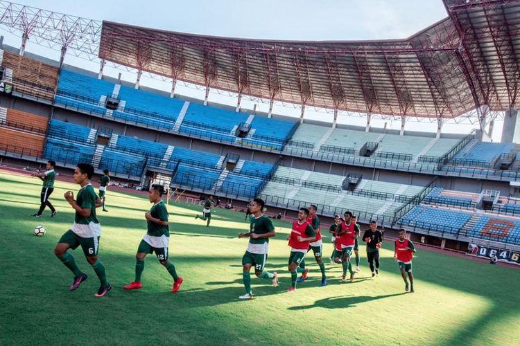 Skuad Persebaya Surabaya berlatih di Stadion Gelora Bung Tomo, Surabaya, Jumat (19/4/2019).