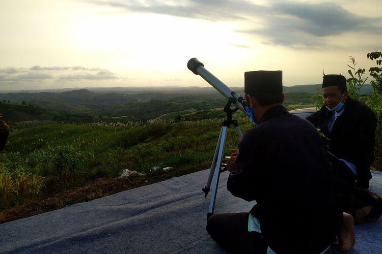 Tim perukyah mempersiapkan peralatan rukyah untuk melihat hilal penanda pergantian bulan dalam penanggalan komariyah di Bukit Banjarsari, Kabupaten Blitar, Selasa (11/5/2021)