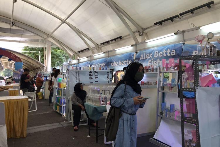 Pengunjung melihat koleksi ikan cupang di pameran Holic Betta Fish di Blok M Square, Kebayoran Baru, Jakarta Selatan pada Rabu (16/12/2020) sore.