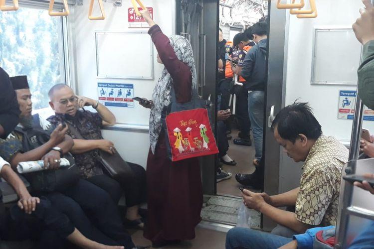 Penumpang Commuter Line saat mengalami KRL tersendat, Jumat (6/7/2018).