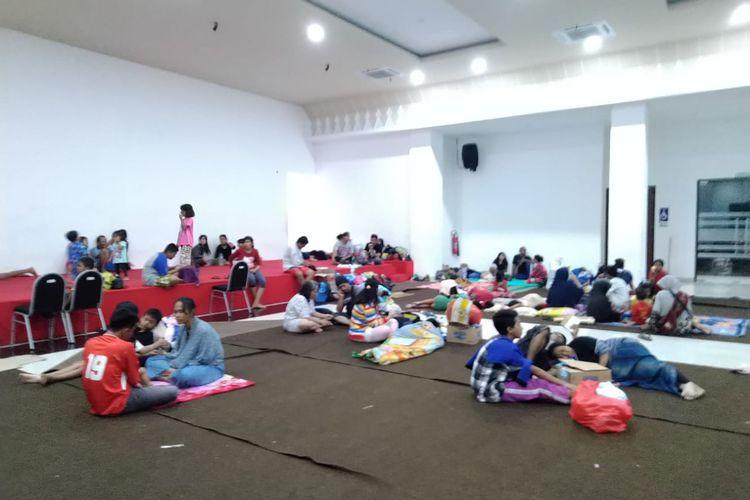 Suasana posko banjir GOR Cengkareng terlihat cukup sepi karena beberapa warga kembali ke rumah untuk sementara waktu dan mengecek kondisi rumah mereka pada Jumat (3/1/2020) pukul 8 malam.