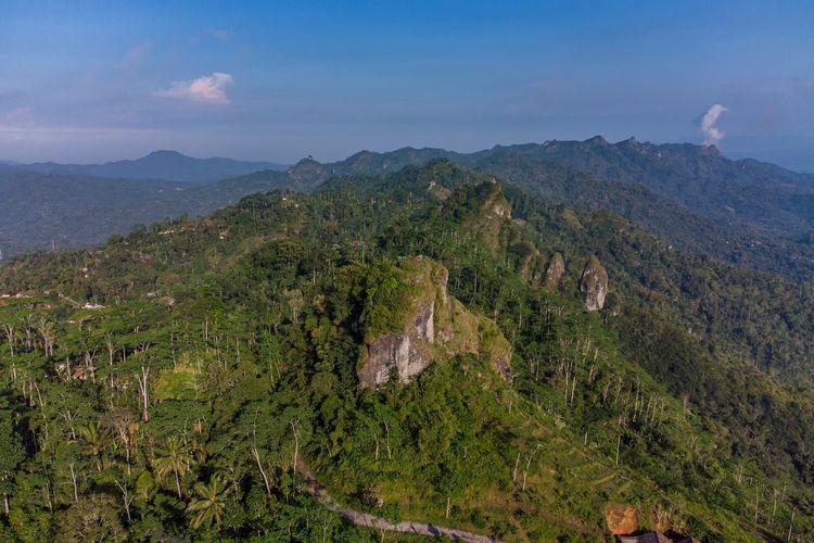 Gunung Kendil Kulon Progo dilihat dari sisi timur menggunakan drone.