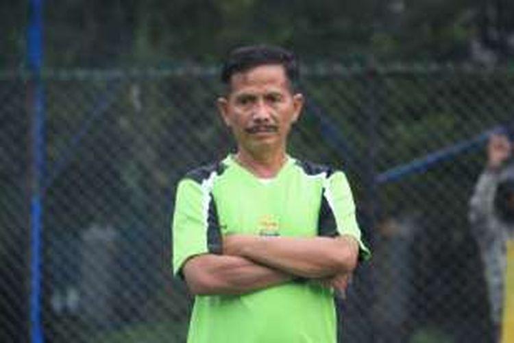 Pelatih Persib Bandung Djadjang Nurjaman saat memimpin latihan Persib di Lapangan Ciujung, Jalan Supratman, Senin (28/11/2016). KOMPAS.com/DENDI RAMDHANI
