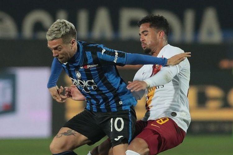 Alejandro Gomez berebut bola dengan Justin Kluivert pada laga Atalanta vs AS Roma di Gewiss Stadium, Minggu (16/2/2020) dini hari WIB.