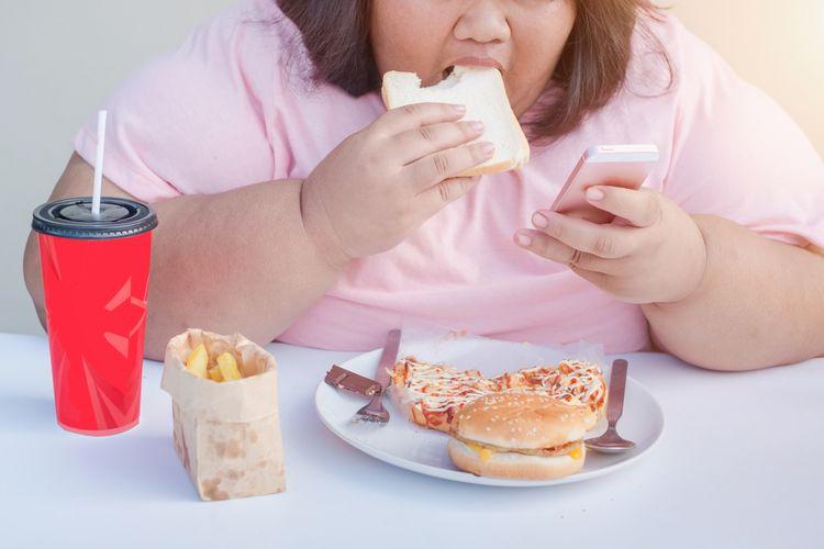 Ilustrasi makan sambil main ponsel