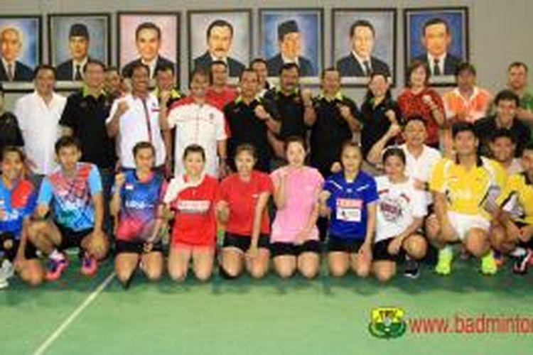 Menteri Pemuda dan Olahraga RI Roy Suryo (berdiri, 8 dari kiri) berpose bersama para pemain nasional bulu tangkis Indonesia di pelatnas Cipayung, Kamis (7/8/2014).