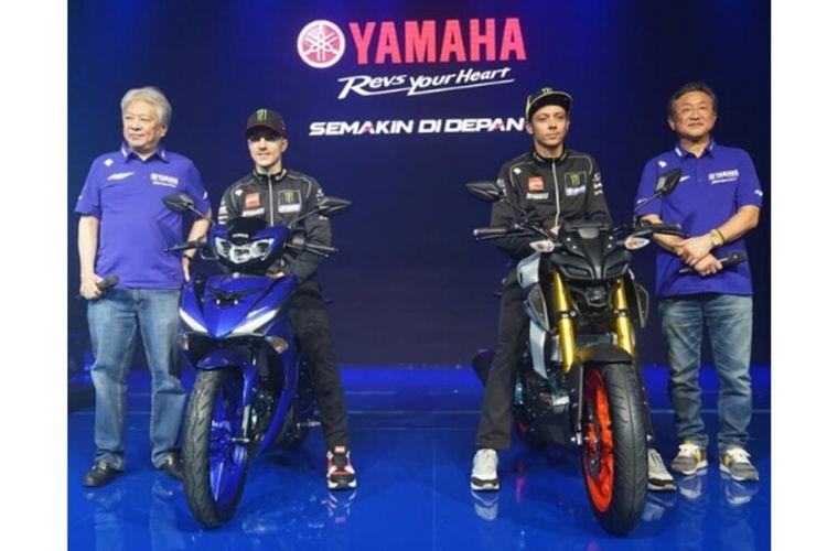 Duo pebalap Monster Energy Yamaha, Maverick VInales dan Valentino Rossi saat memperkenalkan MX-King dan MT-15 terbaru di Jakarta, Senin (4/2/2019).