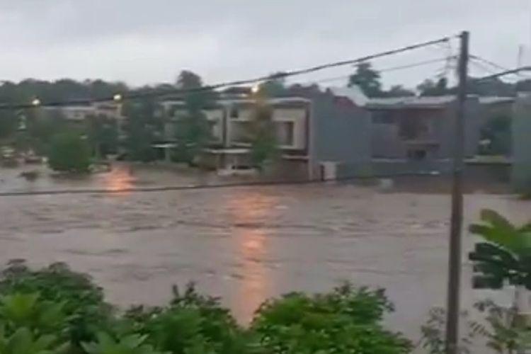 Perumahan Serpong Park di kawasan BSD tenggelam banjir dengan ketinggian bervariasi. Sebanyak 8 mobil para pemilik perumahan juga ikut tenggelam separuh badan.