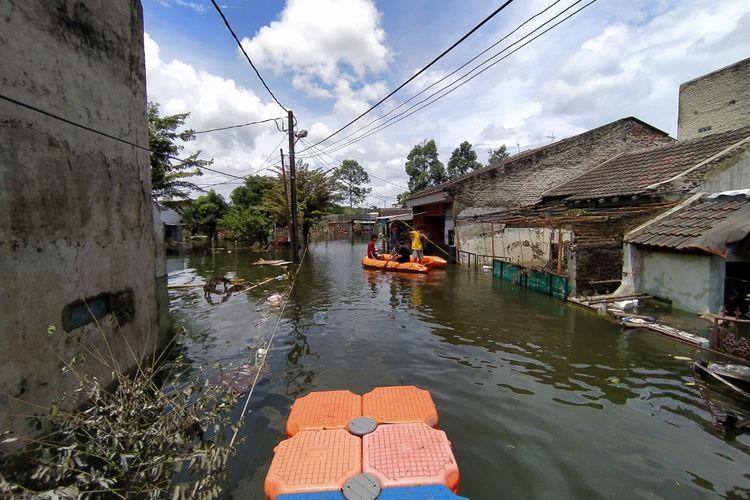 Banjir hingga setinggi 2 meter masih merendam RW 008, Kelurahan Periuk, Kecamatan Periuk, Kota Tangerang, Banten, sejak Sabtu (20/2/2021) hingga Rabu (24/2/2021).
