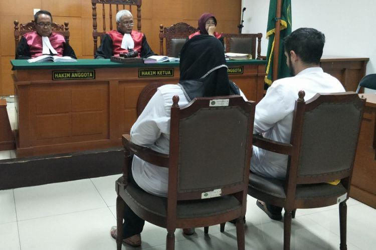 Dhawiya Zaida dan kekasihnya Muhammad duduk di kursi terdakwa di ruang sidang Pengadilan Negeri Jakarta Timur, Selasa (28/8/2018) sore.