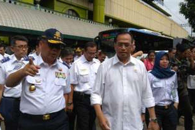 Menteri Perhubungan Budi Karya Sumadi di Stasiun Gambir, Jakarta Pusat, Minggu (16/10/2016).