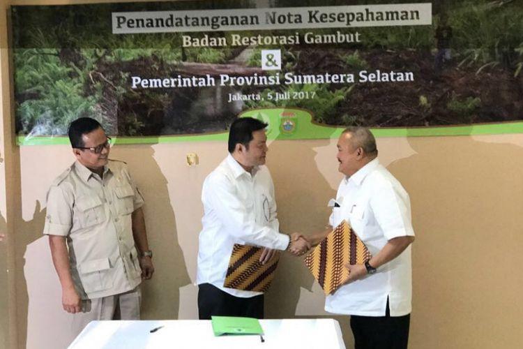 Gubernur Sumatera Selatan Alex Noerdin dan Kepala Badan Restorasi Gambut Nazir Foead menandatangani nota kesepahaman di kantor Badan Restorasi Gambut di Jakarta, Rabu (5/7/2017). Kedua pihak sepakat untuk terlibat dalam percepatan restorasi gambut di Sumatera Selatan.