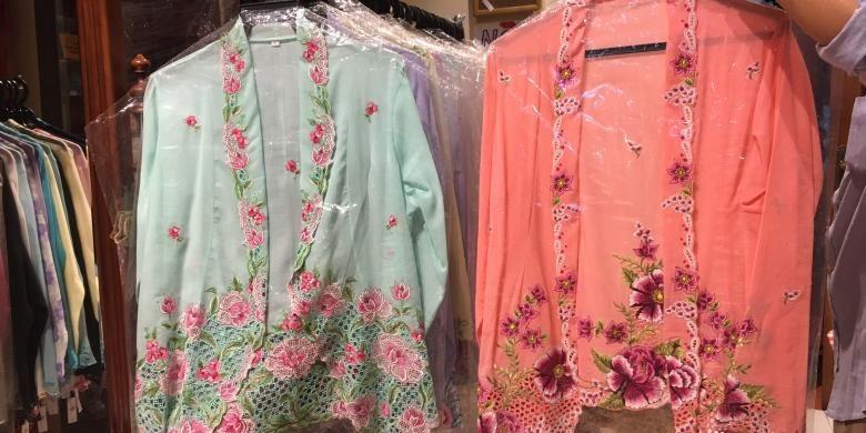 Koleksi kebaya dari salah satu toko yang menjual beragam khas peranakan Katong, Rumah Bebe, Singapura, Rabu (9/11/2016).
