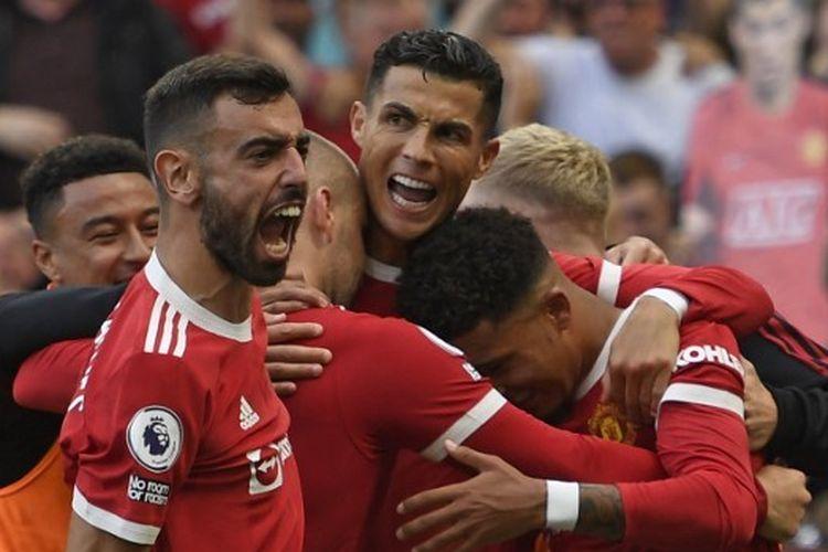Para pemain Manchester United merayakan gol kedua Cristiano Ronaldo dalam pertandingan melawan Newcastle United pada pekan keempat Liga Inggris di Stadion Old Trafford, Sabtu (11/9/2021) malam WIB.