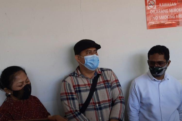 Kakak Saipul Jamil, Samsul Hidayatullah (tengah) diapit tim kuasa hukum saat menghadiri sidang lanjutan pengajuan PK Saipul Jamil di PN Jakarta Pusat, Jumat (19/3/2021).