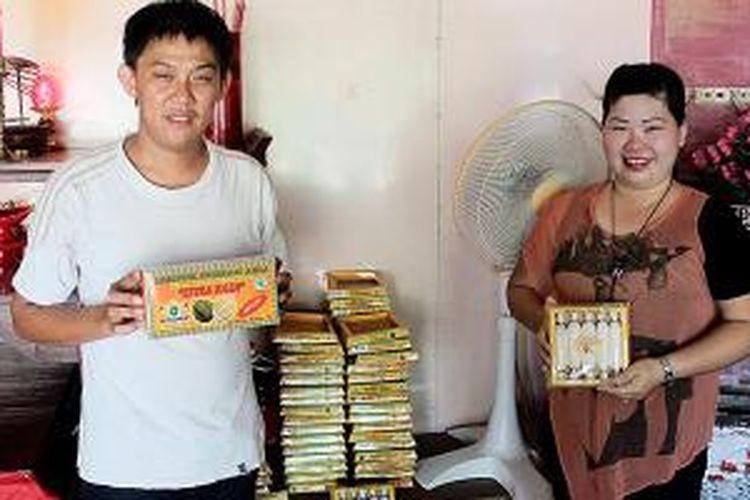 Ahok dan istrinya, Desi, menunjukkan produk lempuk durian buatan mereka di kediamannya di Desa Selatan Baru, Kabupaten Bengkalis, Riau. Lempuk durian menjadi ikon pulau itu.