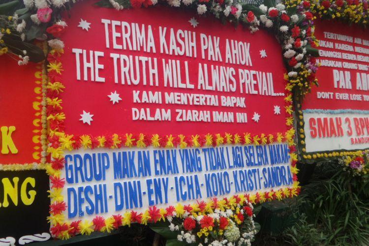Karangan bunga yang masih dikirimkan pendukung Ahok di Rutan Cipinang, Jakarta Timur, Rabu (10/5/2017)
