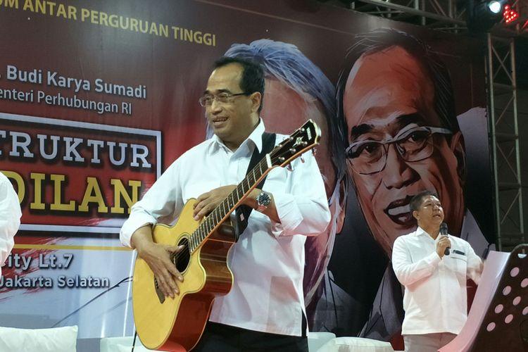 Menteri Perhubungan (Menhub) unjuk kebolehan memainkan alat musik kegemaran yakni gitar akustik elektrik.