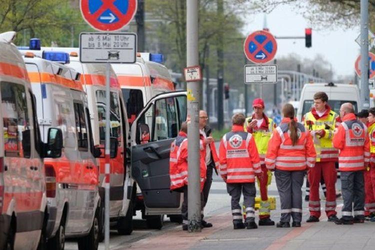 Ambulans disiagakan pada Minggu, 7 Mei 2017 di Hannover, Jerman, selama proses evakuasi terkait penjinakan lima bom sisa Perang Dunia II. Polisi mengevakuasi 50.000 orang dari sekitar lokasi bom.