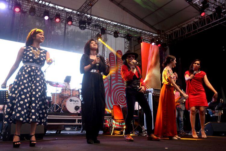 Andy /rif (tengah) tampil bersama Hello Dangdut pada hari kedua Syncronize Fest 2017 di Gambir Expo Kemayoran, Jakarta, Sabtu (7/10/2017). Festival musik yang berlangsung hingga Minggu (8/10/2017) tersebut menampilkan beberapa musisi di antaranya ada Bangkutaman, Jason Ranti, Adhitya Sofyan, Float, Pee Wee Gaskins, Indische Party, dan Hello Dangdut.