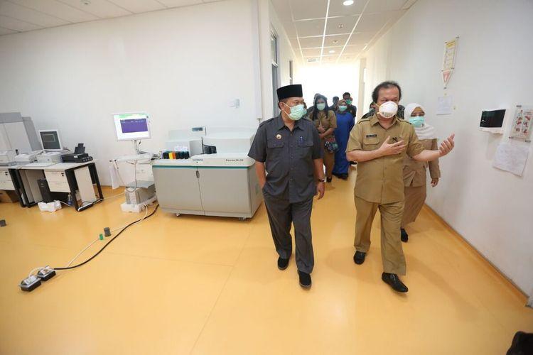Wali Kota Bandung Oded M Danial meninjau ruangan di RSKIA yang rencananya akan dibuat laboratorium BSL2, Selasa (14/4/2020).