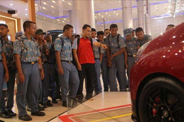 Salah satu program GIIAS Surabaya yang diadakan pada 2-4 April 2019 adalah Student Day di mana seluruh pelajar SMK, SMA dan universitas diundang mengunjungi pameran GIIAS untuk mengenal berbagai perkembangan industri otomotif.