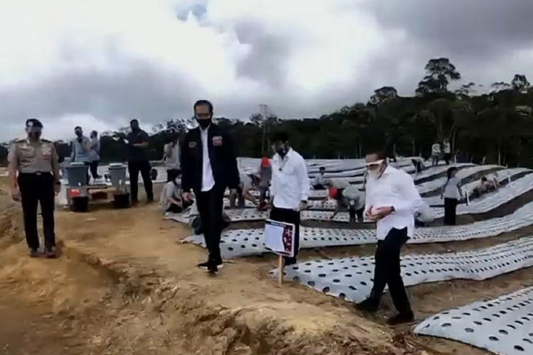 Presiden Joko Widodo meninjau lumbung pangan atau food estate di Desa Ria-Ria, Kabupaten Humbang Hasundutan, Sumatera Utara, Selasa (27/10/2020).