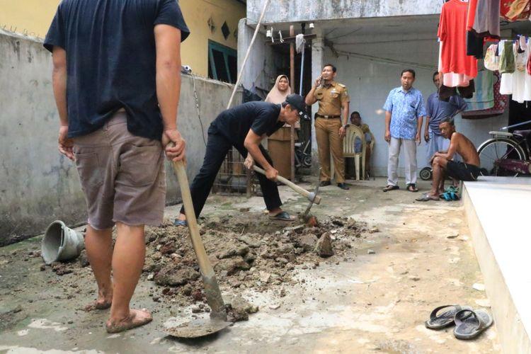 Pembuatan jamban kontrakan di Kelurahan Koang Jaya, Karawaci Kota Tangerang, Selasa (10/12/2019)
