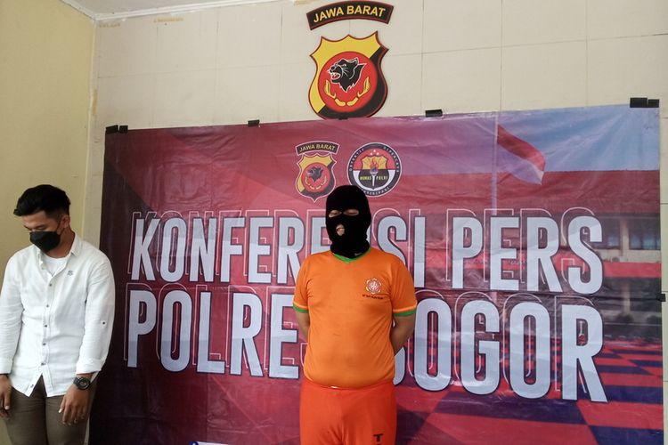 Kepolisian Resor Bogor menunjukkan sejumlah barang bukti dari kasus penggelapan uang nasabah di Cileungsi, Kabupaten Bogor, Jawa Barat.
