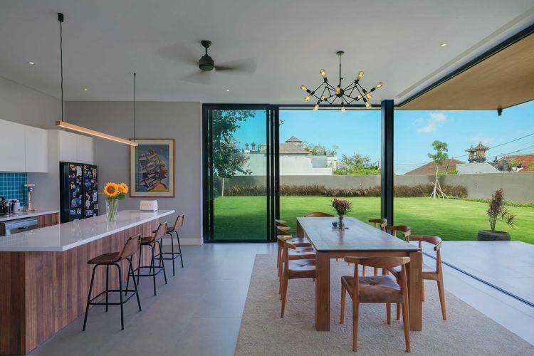 Pemandangan halaman rumah dari area dapur dan ruang makan karya Erwin Kusuma