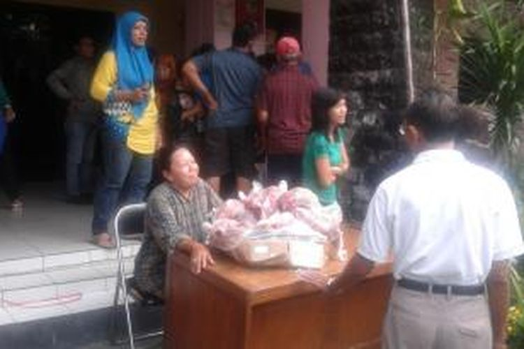Pasar daging murah di Kelurahan Tambora, Jakarta Barat, Jumat (25/7/2014).