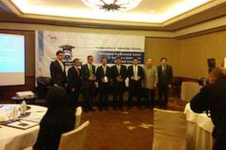 Chairman situs web mataharimall.com Emirsyah Satar (nomor empat dari kiri), berfoto bersama setelah acara Inaugurasi Corporate Advisory Board, Binus Business School, di Hotel Mulia, Jakarta, Kamis (24/3/2016).