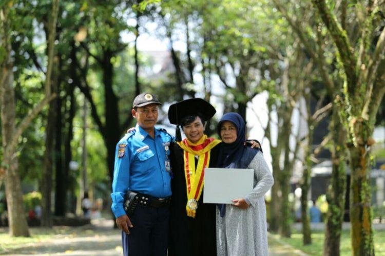 Retnaningtyas Susanti saat berfoto bersama kedua orangtuanya Teguh Tuparman dan Retnanik usai wisuda gelar doktor.