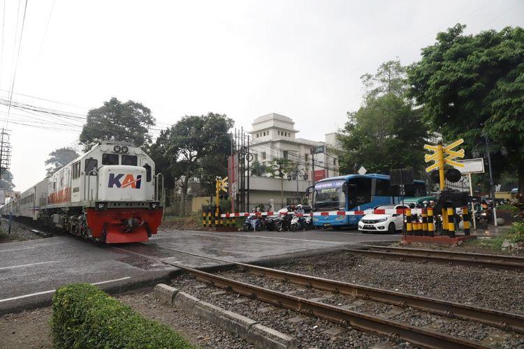 Perlintasan sebidang kereta api (KA) di wilayah PT KAI Daop 5 Purwokerto, Jawa Tengah.