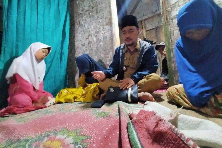 Wakil Bupati Tasikmalaya Deni Rhamdani Sagara yang menjabat hanya 42 hari saat berkunjung ke keluarga janda tak mampu yang selama ini tinggal di gubuk bilik Kampung Jeruk Mipis Desa Ciroyom Kecamatan Bojonggambir, Kabupaten Tasikmalaya, Senin (8/3/2021) malam.