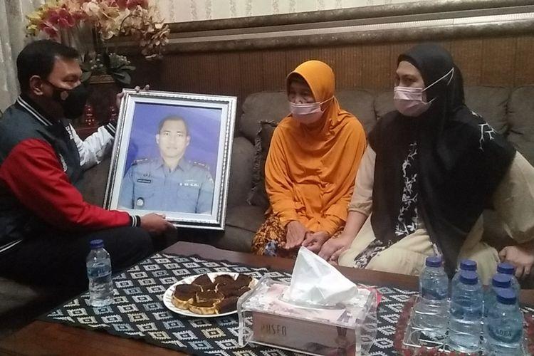 Orangtua Komandan Kapal Selam KRI Nanggala 402 Letkol (P) Heri Oktavian, Murhaleni (jilbab oranye) saat menerima kunjungan Kabid Humas Polda Lampung Kombes Zahwani Pandra Arsyad, Sabtu (24/4/2021) malam.