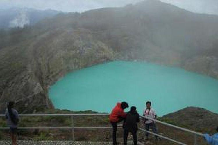 Wisatawan di Danau Tiga Warna, Kabupaten Ende, Nusa Tenggara Timur.