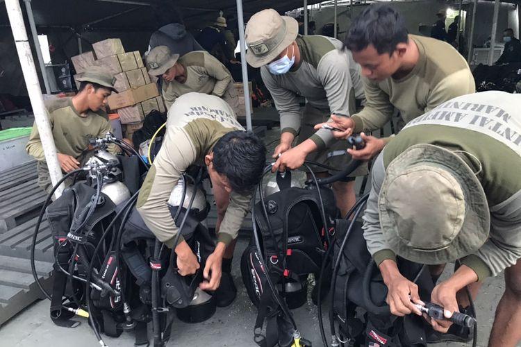 Tim penyelam dari Taifib Marinir TNI AL menyiapkan alat penyelaman di atas KRI Teluk Gilimanuk di Perairan Teluk Jakarta pada Minggu (10/1/2021) pagi.