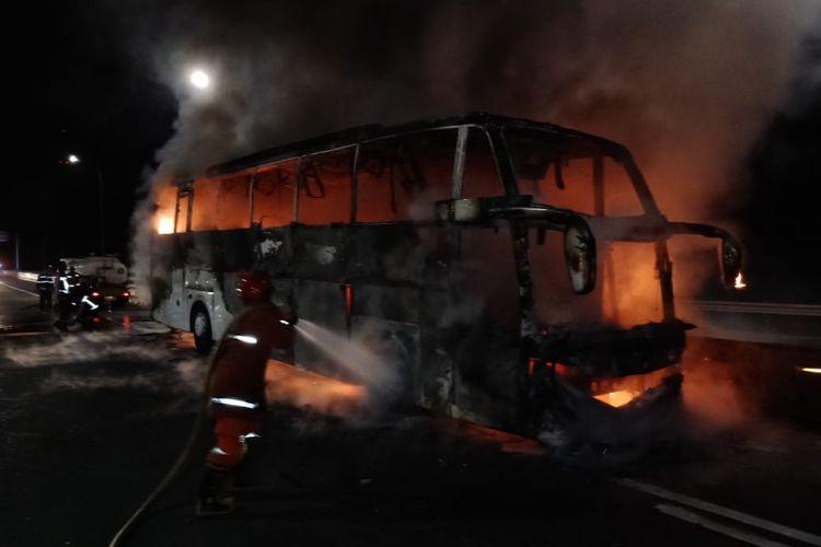 Sebuah bus terbakar di Jalan tol Jagorawi, Jakarta Timur, Selasa (27/10/2020)