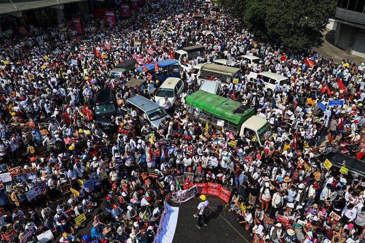 Pedemo Myanmar menutup jalan dengan kendaraan yang mereka kelilingi sebagai bentuk protes melawan kudeta. Demo Myanmar di Yangon semakin membesar pada Senin (22/2/2021).