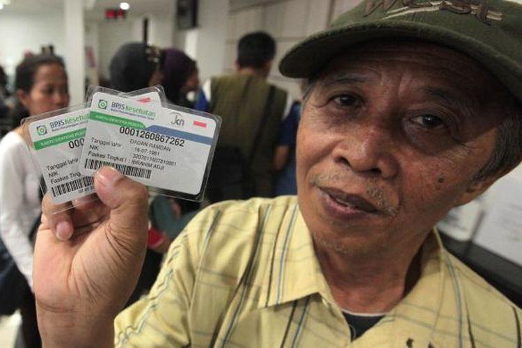 Salah seorang warga memperlihatkan kartu Jaminan Kesehatan Nasional (JKN) Badan Penyelenggara Jaminan Sosial (BPJS) di Kantor Cabang Utama BPJS, Kota Bandung beberapa waktu lalu.