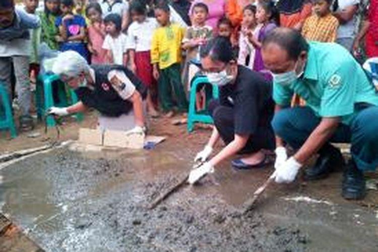 Petugas memilah tulang-belulang Iin (20), warga Desa Yosorati, Kecamatan Sumberbaru, Jember, Jawa Timur, Selasa (12/8/2014). Iin diduga dibunuh oleh ibu kandungnya sendiri dan jasadnya dibuang ke tempat penampungan kotoran.