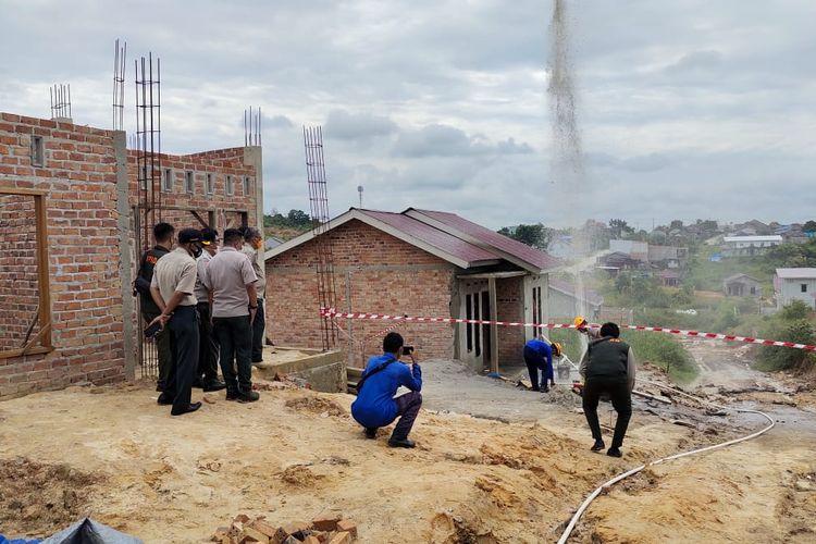Polisi memasang garis polisi di areal titik semburan gas metana di RT 05 Kelurahan Sepinggan, Kecamatan Balikpapan Selatan, Balikpapan, Kaltim, Senin (5/7/2021).