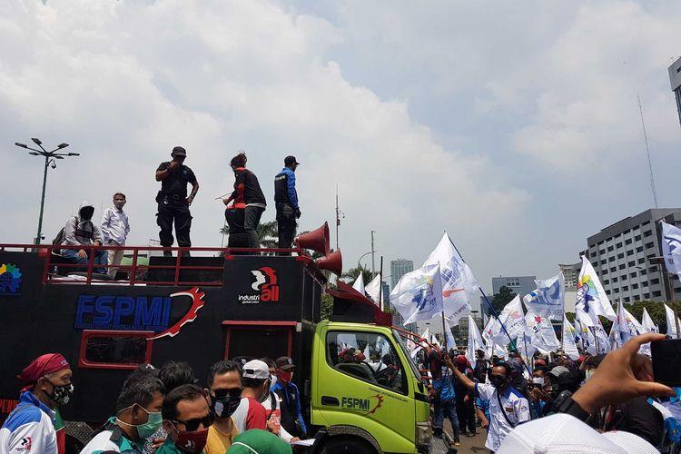 Sejumlah organisasi buruh melaksanakan aksi di depan Gedung DPR, pada Senin (9/11/2020). Aksi dilaksanakan untuk menuntut dibatalkannya UU no. 11 tahun 2020.