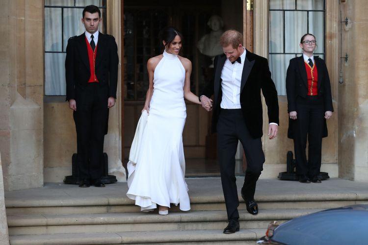 Pengantin baru Pangeran Harry, Duke of Sussex, dan Meghan Markle, Duchess of Sussex, meninggalkan Windsor Castle di  Windsor pada 19 Mei 2018 untuk menghadiri resepsi di Frogmore House.  / AFP PHOTO / POOL / Steve Parsons