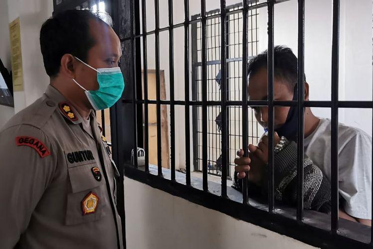 Kapolres Tanjab Barat, AKBP Guntur Saputro saat mengintrogasi pelaku di sel tahanan