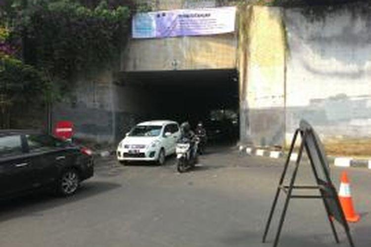 Penerapan sistem satu arah (SSA) di jalan Terowongan Cikoko, samping Stasiun Cawang, Tebet, Jakarta Selatan, Selasa (11/8/2015).
